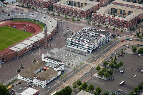 Vue du parvis du Stade Olympique avec de chaque côté, les anciens garages Citroën (Crédits - The Olympic Amsterdam)