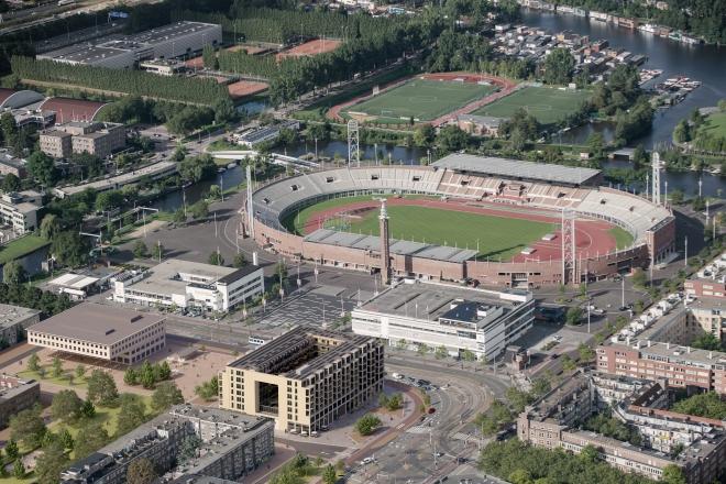 Vue du quartier olympique d'Amsterdam avec au premier plan, l'immeuble rénové du Stadionplein (Crédits - Wonen Op Het Stadionplein)