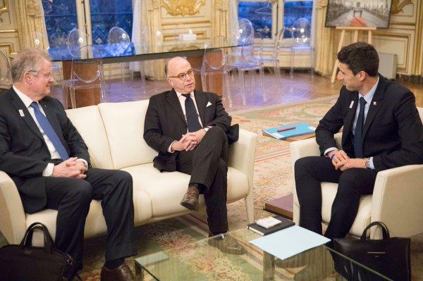 Bernard Lapasset et Tony Estanguet auprès du Premier Ministre Bernard Cazeneuve, jeudi 12 janvier 2017 (Crédits - Bernard Cazeneuve / Page Twitter)