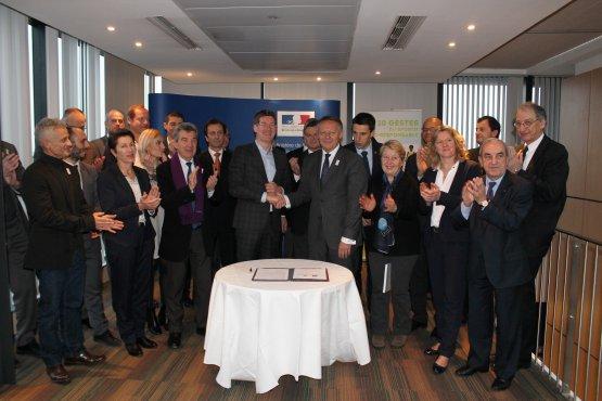 Pascal Canfin et Thierry Braillard (au centre) avec les leaders des vingt plus grands événements sportifs français (Crédits - Ministère de la Ville, de la Jeunesse et des Sports)
