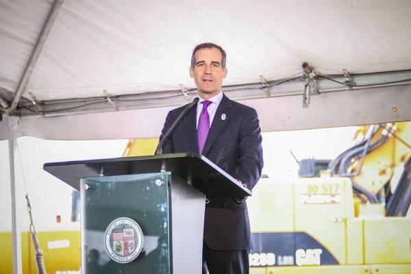 Au cours de la cérémonie officielle de présentation du projet et des travaux, le Maire de Los Angeles a affiché son soutien à la candidature de LA 2024 avec un badge accroché à sa veste (Crédits - Eric Garcetti / Page Facebook)