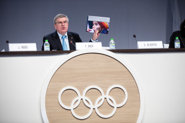 Thomas Bach, brandissant un exemplaire de l'Agenda 2020, lors de la 128e Session du CIO, le 02 août 2015 (Crédits – CIO / Ian Jones)